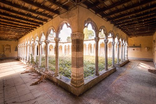 Binnenplaats van een Klooster. van Roman Robroek