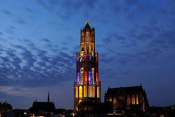 Stadtbild von Utrecht mit Domtoren in Farben Französische Flagge während des Beginns der Tour de Fra von Donker Utrecht