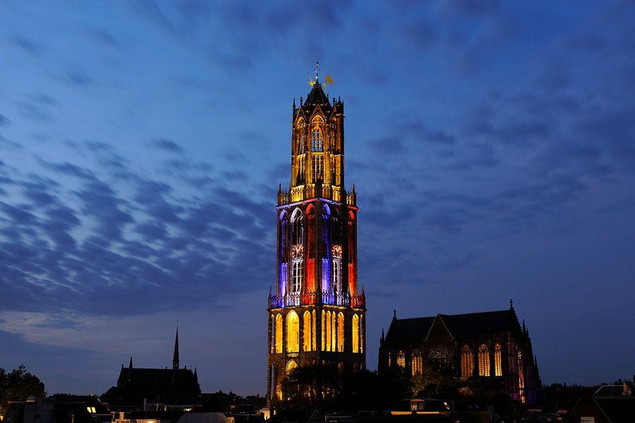 Stadsgezicht van Utrecht met Domtoren in kleuren Franse vlag tijdens de start van de Tour de France