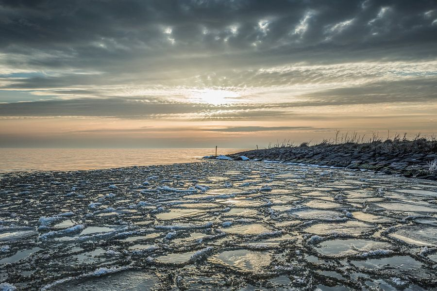 Zonsondergang aan het IJsselmeer met ijs van Bert Nijholt