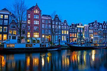 Stadsgezicht in Amsterdam met zonsondergang van Nisangha Masselink