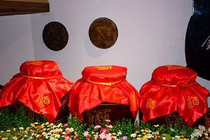 Jarre à vin en céramique chinoise avec couvercle en satin rouge