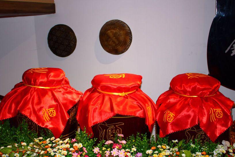 Jarre à vin en céramique chinoise avec couvercle en satin rouge sur Loretta's Art