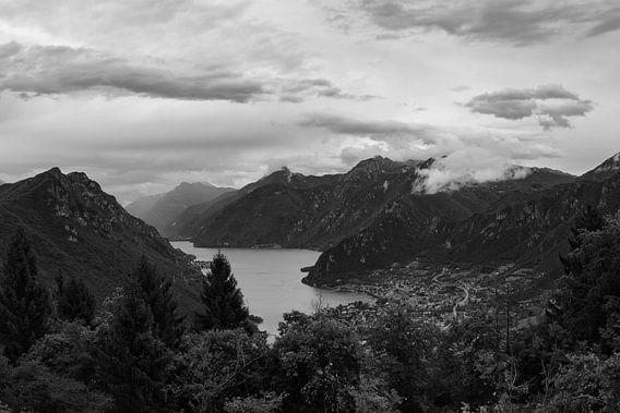 View of Lake Idro and Crone. van Luis Fernando Valdés Villarreal Boullosa