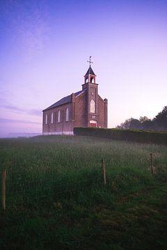 Sonnenaufgang in der niederländisch-reformierten Zufluchtskirche in Homoet von Mirac Karacam