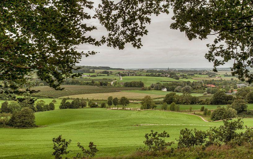 Typisch Zuid-Limburgs landschap bij Vaals van John Kreukniet