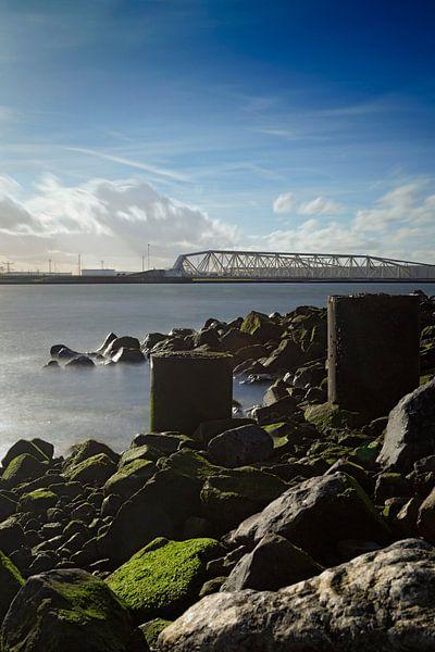 wolkenlucht passeert de Maeslantkering bij Hoek van Holland van gaps photography