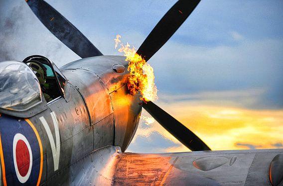 Spitfire Flugzeug von der Royal Air Force beginnt mit Flammen aus dem Motor
