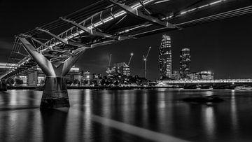 Noir et blanc : le pont du millénaire en soirée sur Rene Siebring