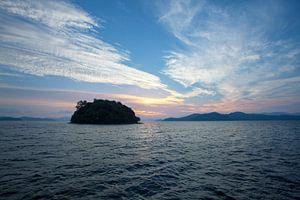 zonsondergang in de baai van Phang Nga, Thailand