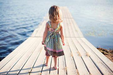 SA11976206 Kleines Mädchen, das auf einem Holzgerüst läuft von BeeldigBeeld Food & Lifestyle