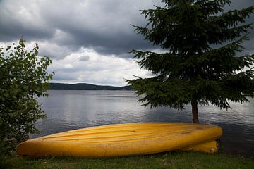 Gele kano en het meer van
