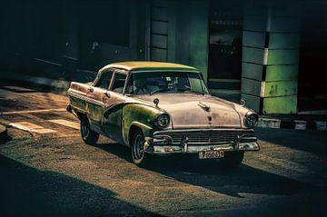 Oldtimer rijdt voorbij in Santiago de Cuba von Joris Pannemans - Loris Photography