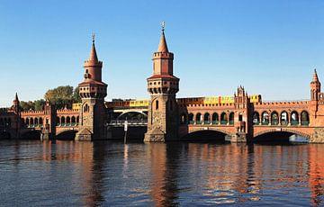 Oberbaumbrücke über die Spree mit U-Bahnzug von Frank Herrmann