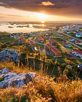 Nordnorwegische Stadt an einer Bucht bei Sonnenaufgang