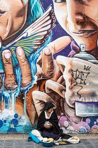 Buntes Straßenbild in Ecuador mit Graffiti