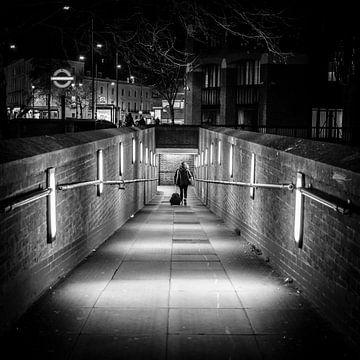 U-Bahn-Eingang bei Nacht, London, England von Bertil van Beek