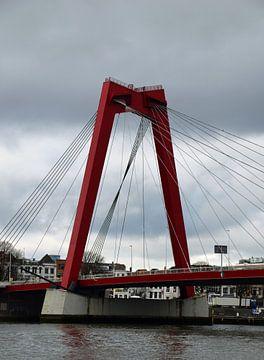 Rode Willemsbrug over de Nieuwe Maas in de stad Rotterdam van Robin Verhoef