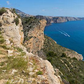 Blaues Mittelmeer und Kalksteinfelsen von Montepuro
