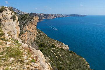 Blaues Mittelmeer und Kalksteinfelsen