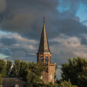 Le clocher de l'église du village de Zurich, situé sur la digue frisonne, dans la lumière du soir.