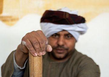 Handen van een hard werkende Egyptenaar