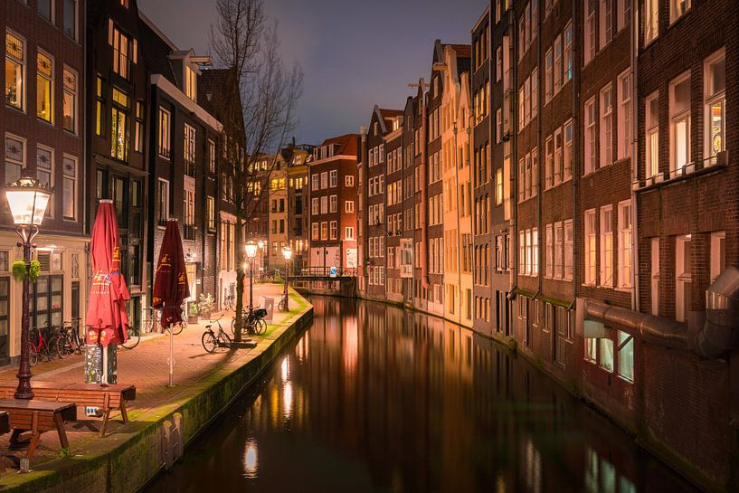 Oudezijds Achterburgwal in Amsterdam tijdens lockdown van Michiel Dros