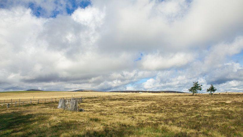 Landschap in de Franse Auvergne van Pieter Wolthoorn