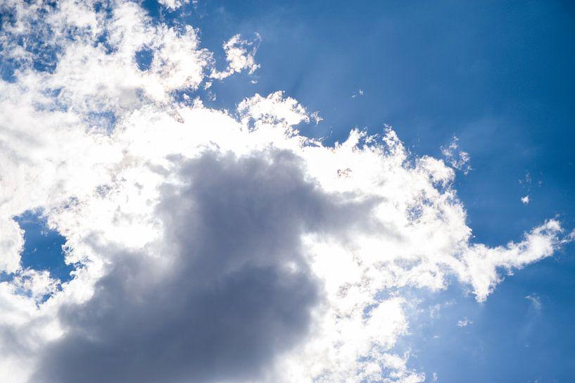 Wolk met blauwe lucht van Stefanie de Boer