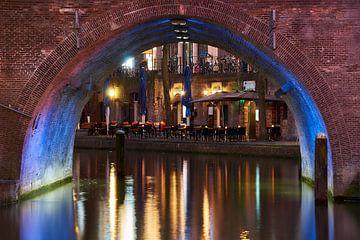 Sfeervol Utrecht avondfotografie, Oude Gracht, doorkijkje onder de brug van Ad Jekel