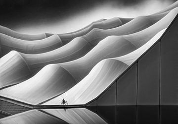 Industrieel architectuur met fietser van Marcel van Balken