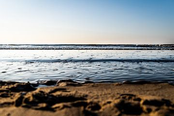 Rustige golven met strakblauwe lucht van Linsey Aandewiel-Marijnen