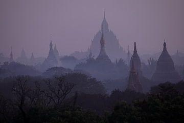 De tempels van Bagan in Myanmar bij zonsondergang van Roland Brack