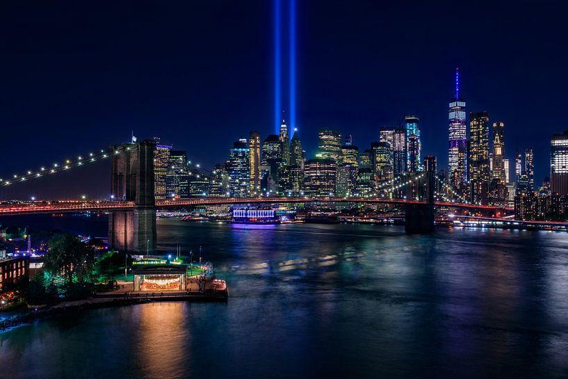New York City Skyline en Brooklyn Bridge - 9/11 Tribute in Light van Tux Photography