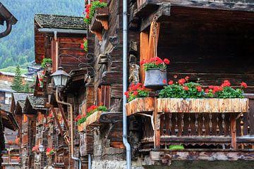Geraniums op het balkon in Zwitserland sur Dennis van de Water