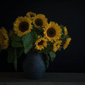 Stilleben mit Sonnenblumen in einer Vase von John van de Gazelle