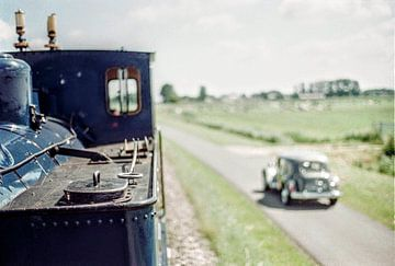 Blauwe stoomtrein met vintage auto I Landschap Noord-Holland I Retro look - industrieel I Analoog I  van Floris Trapman