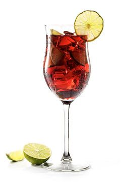 Rode drank, transparante gemengde cocktail van kersen, bessen, ijs en limoen, met of zonder alcohol, van Maren Winter
