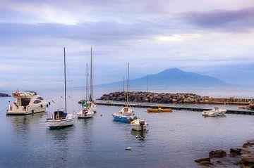 Avondzicht op de Vesuvius bij Napels van Rob IJsselstein