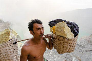 Zwaveldrager, Ijen Krater, Java, Indonesië  van Olivier Van Acker