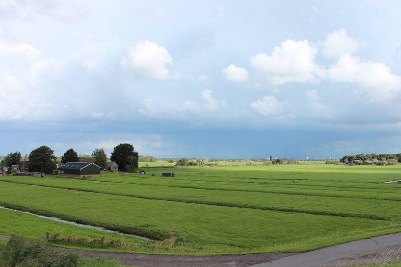 Donkere wolken pakken samen boven de Zuidplaspolder in Moordrecht van André Muller