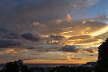 Malerische Wolken über Calpe