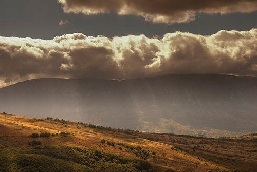 Wolken botsen tegen bergen van