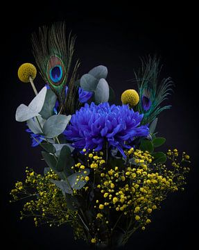Stillleben Blumen, Blumenstrauß mit blau und gelb von Marjolein van Middelkoop