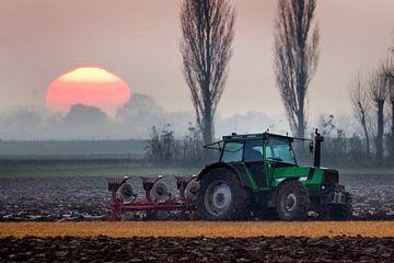 tractor voor de zon van Roel Dijkstra