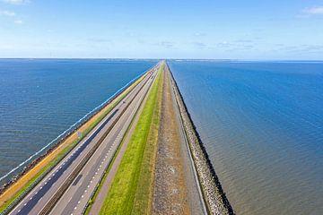Luchtfoto van de Afsluitdijk over het IJsselmeer van Nisangha Masselink