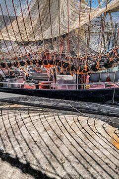 Leinen und Fischernetze im Hafen von Makkum in Friesland von Harrie Muis