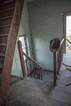 Alter Hut an verlassener Treppe von Sasja van der Grinten