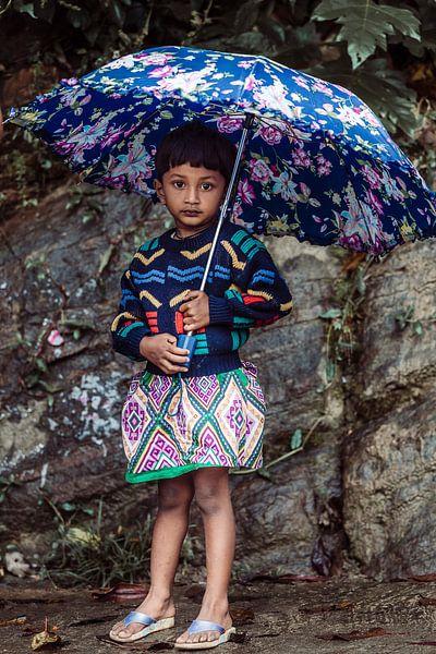 Kleurrijk meisje met paraplu. van Rebecca Gruppen