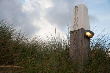Strandpaal in de duinen  van Roel Van Cauwenberghe